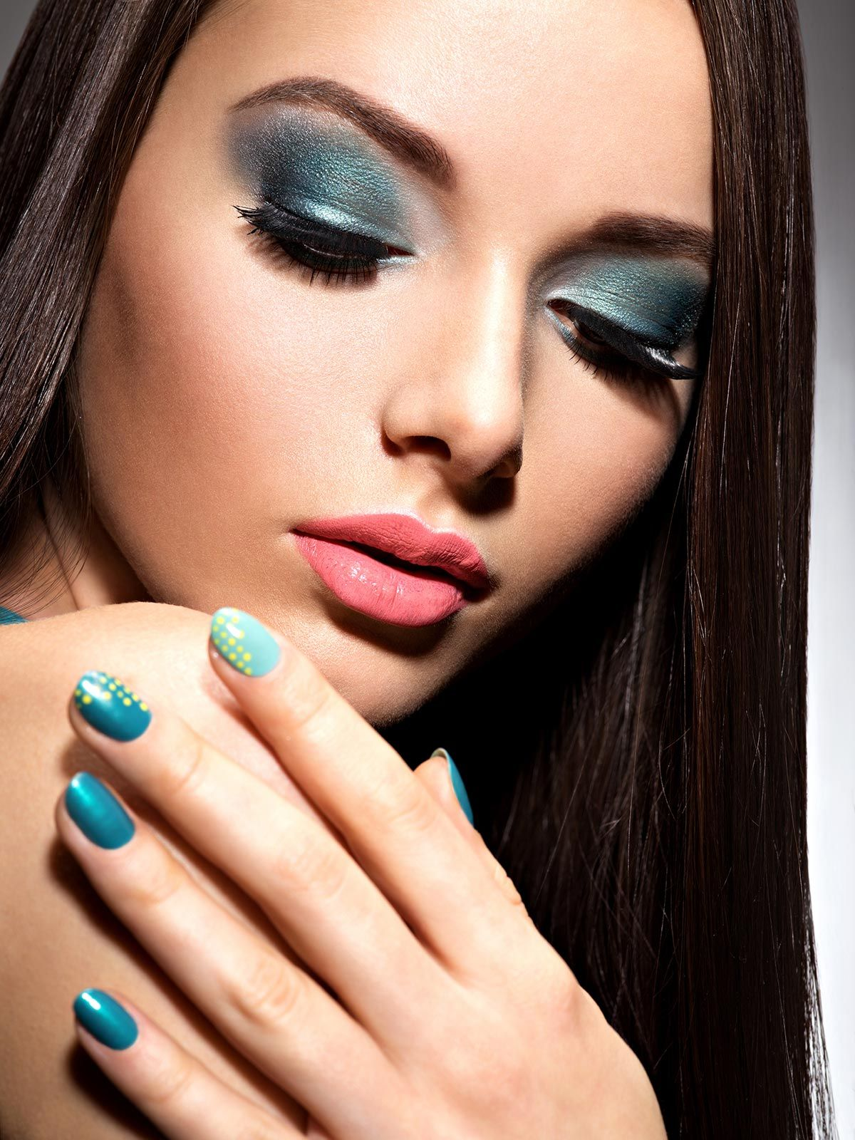 maquillaje ojos manicura azul