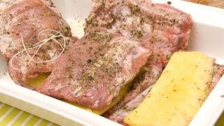 Costilla de cerdo rellena de piña con ensalada de rúcula - Paso 3