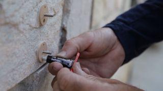 Cómo colocar un tornillo adhesivo