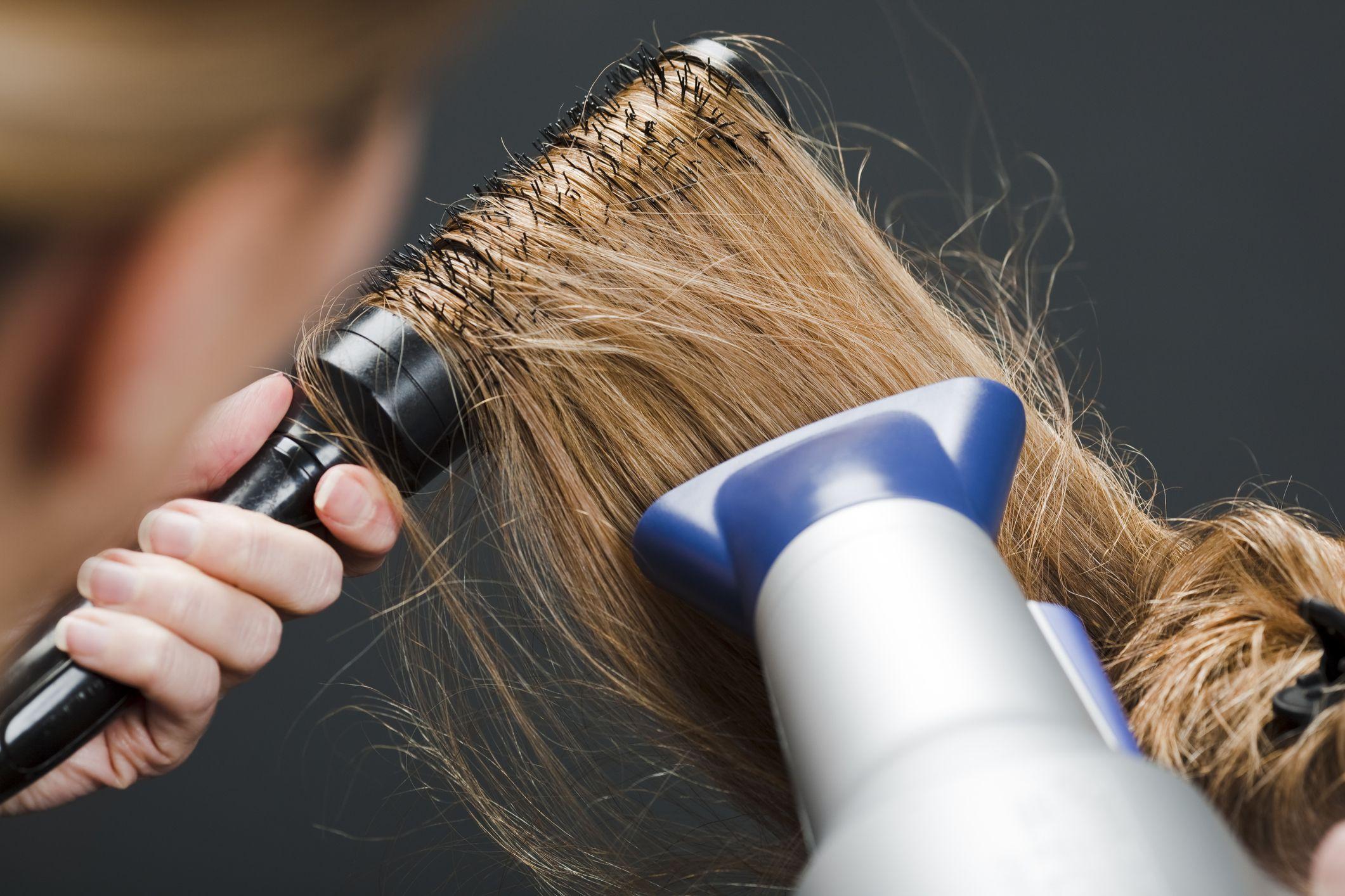 Alisar el pelo con cepillo