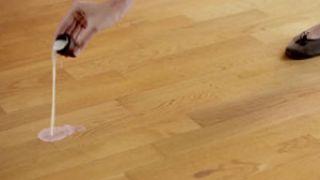 Dar cera a un suelo de madera o parquet