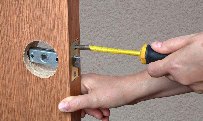 Cambiar el mecanismo interior de la manilla hogarmania for Puerta que se abre sola