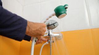 Cómo colocar un grifo de ducha infantil