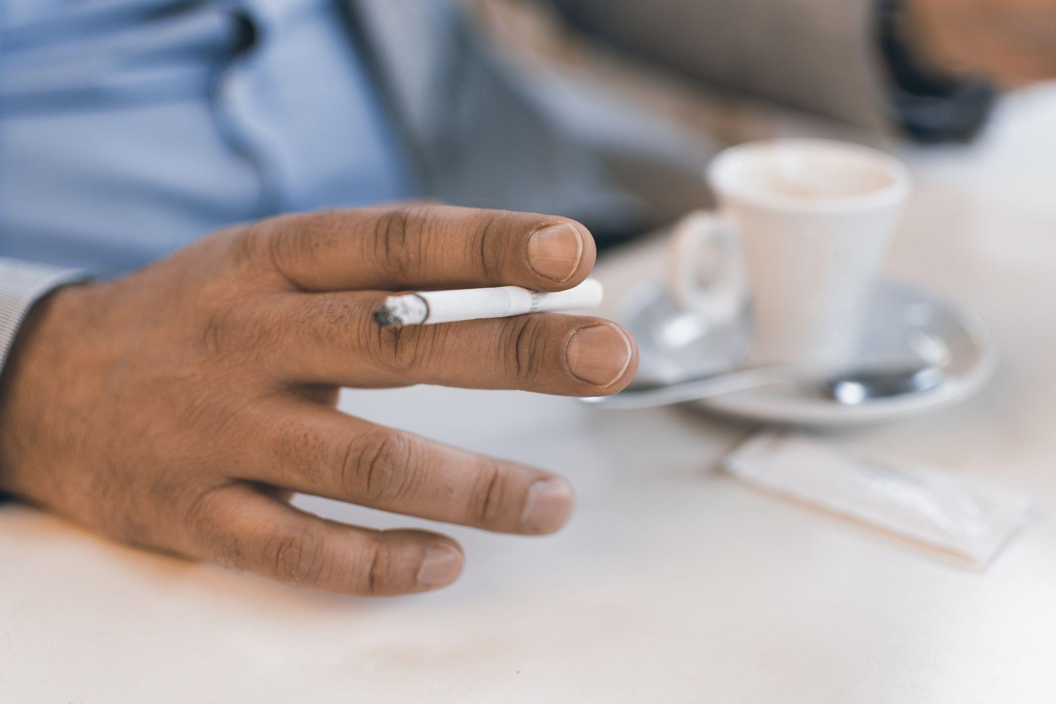 Cigarrillo en la mano
