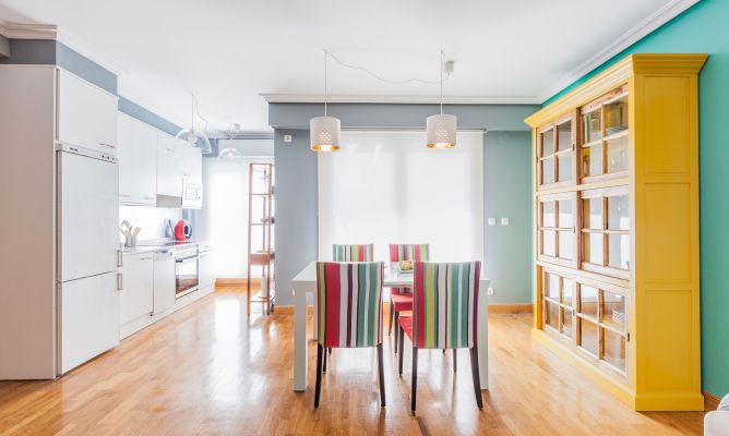 Integrar sal n comedor colorido con cocina decogarden - Salon comedor cocina mismo espacio ...