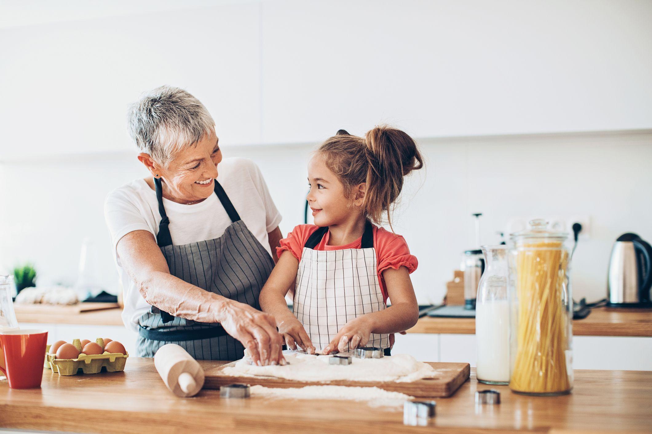 Niña cocinando galletas con su abuela