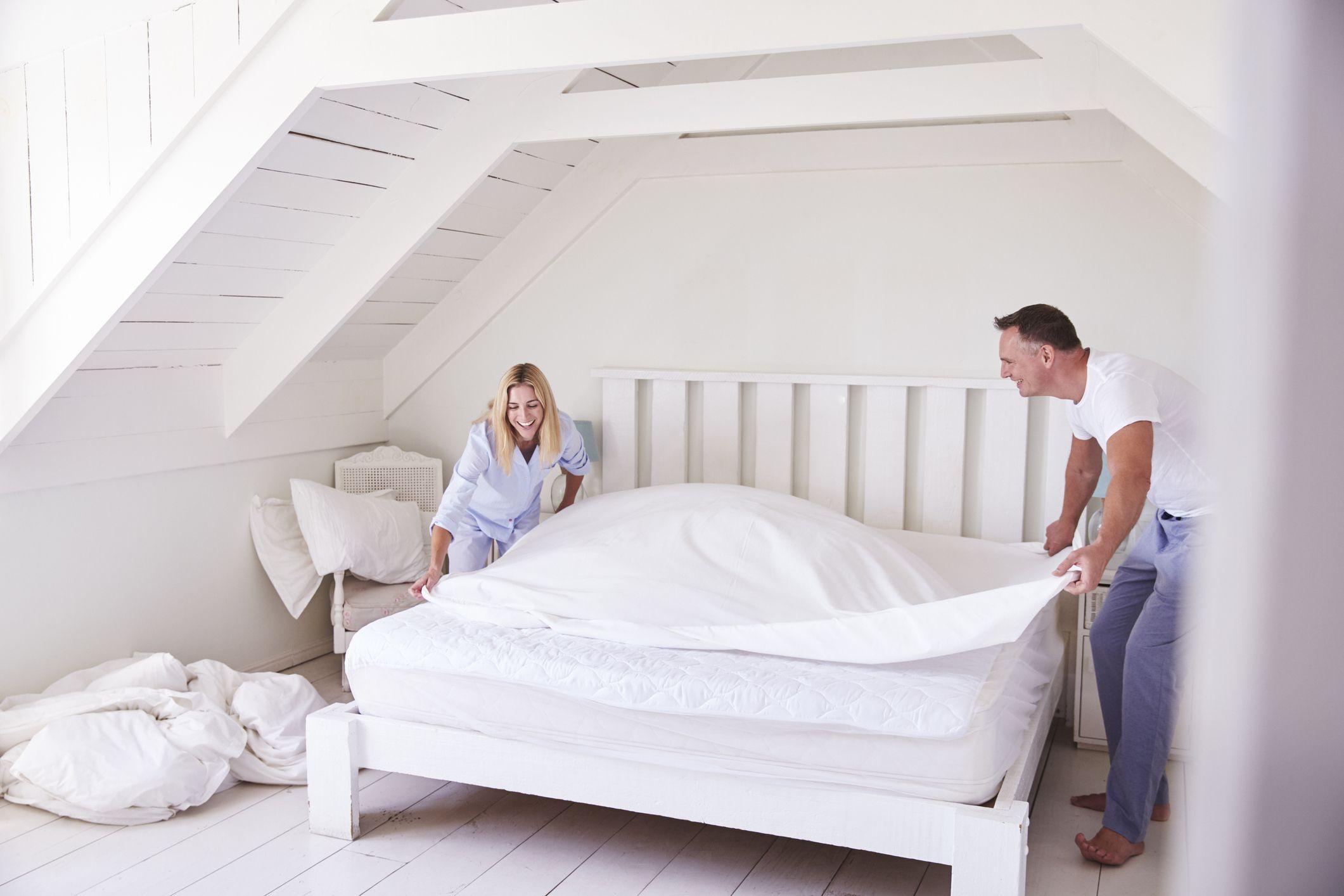 Hacer la cama en pareja