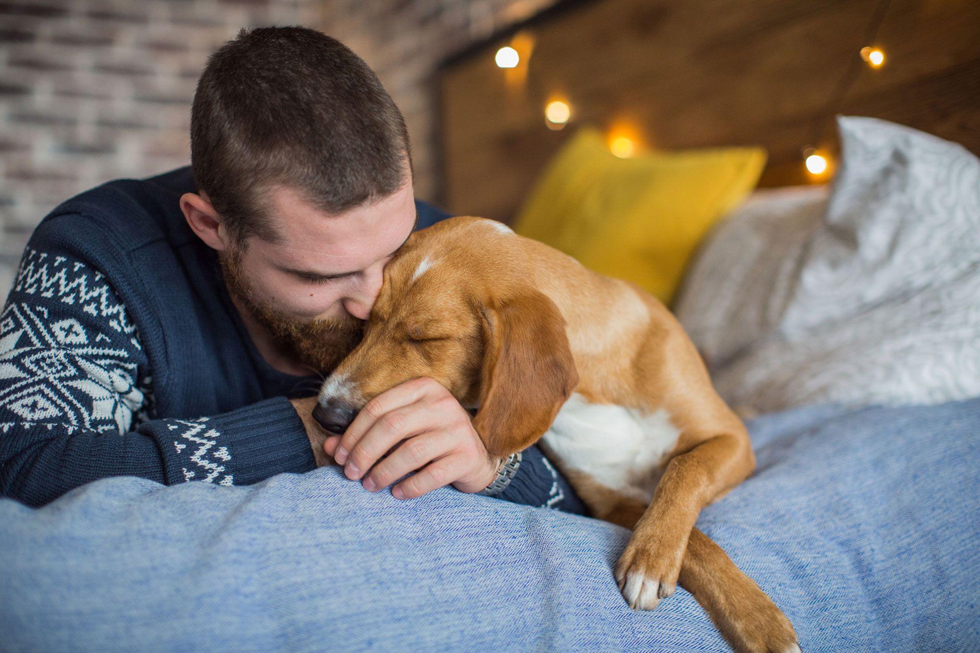 Mascota y dueño apenados por el fallecimiento de su compañero