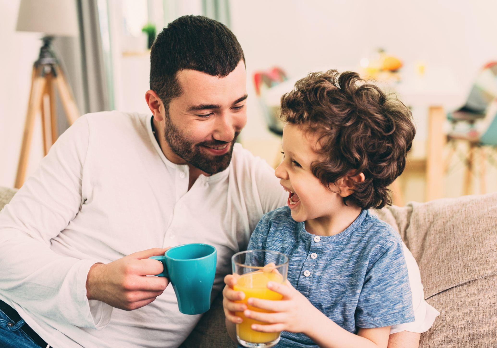 niños hablando con los padres