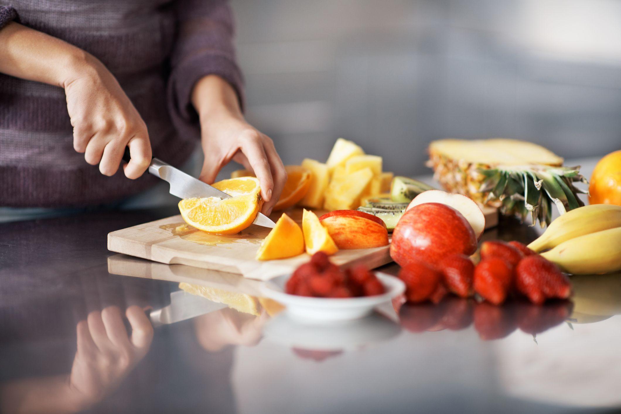 C mo limpiar y usar una tabla de cortar alimentos for Como hacer una tabla para picar de madera