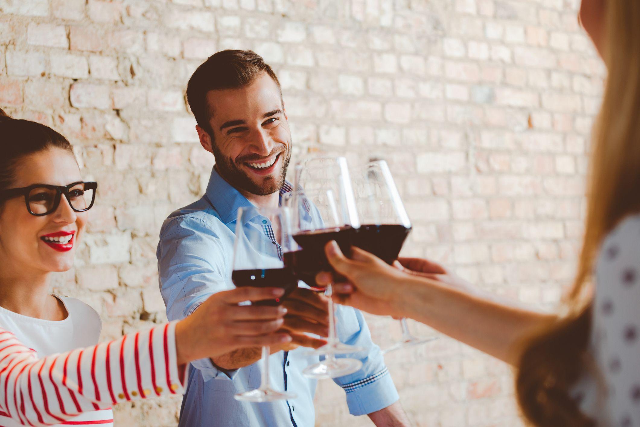 Tomar vinos con los amigos