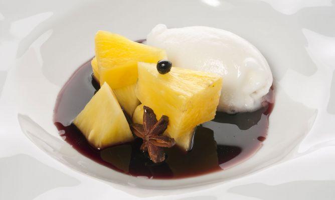 Piña especiada con coulis y helado