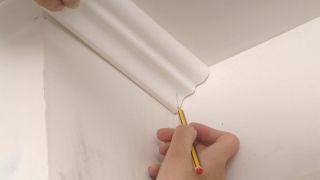 Instalación de cornisa en techo de yeso laminado
