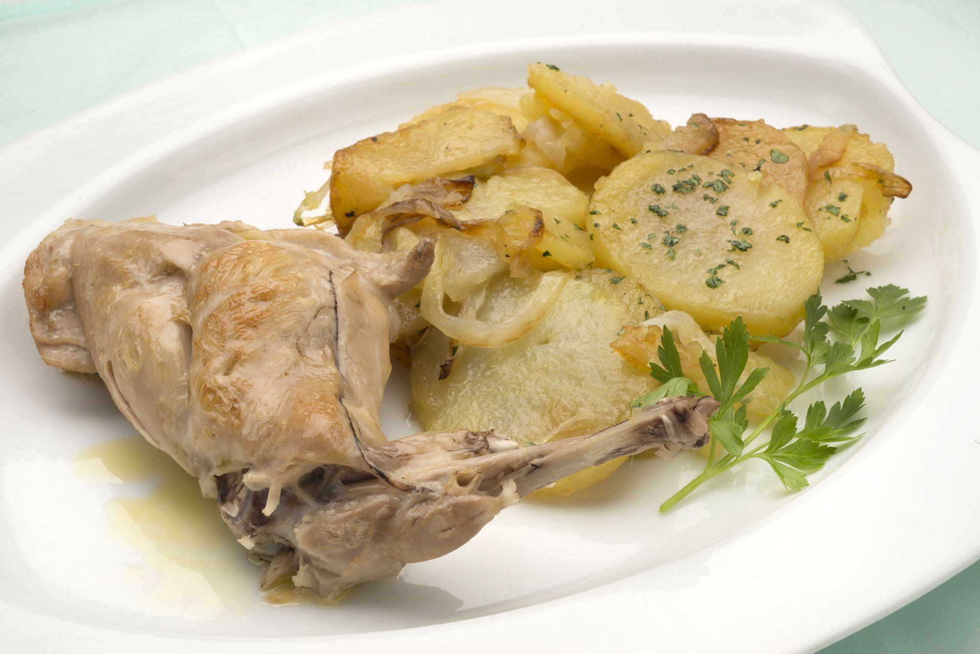 Muslo de conejo con patatas panaderas