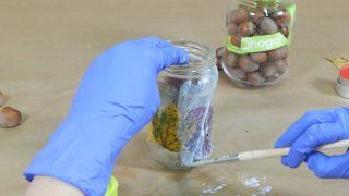 Cómo decorar tarros de cristal con hojas secas - Paso 3