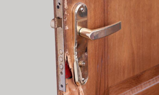 C mo reparar una puerta astillada bricoman a for Como cambiar una puerta de interior