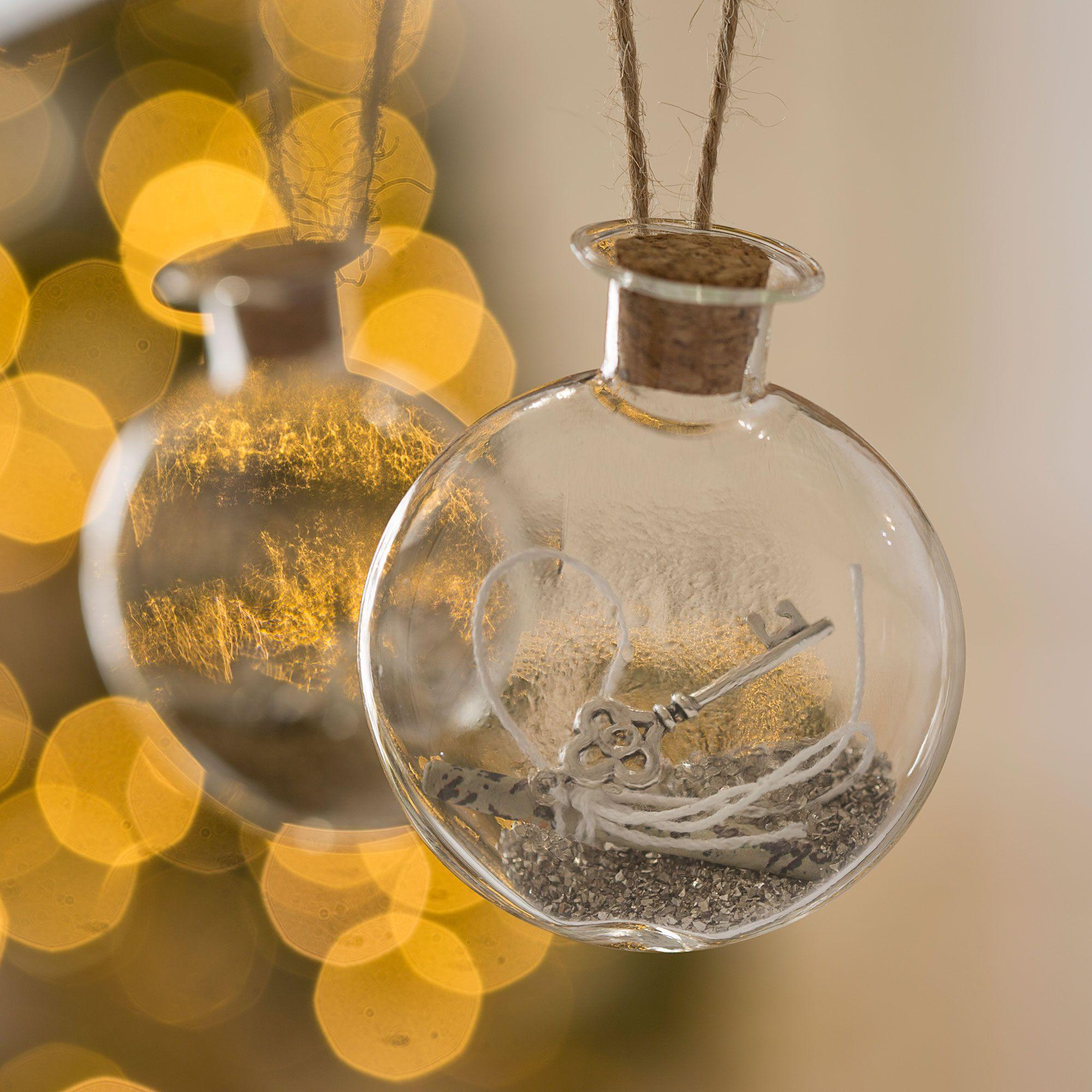 Decoración navideña plateada y dorada