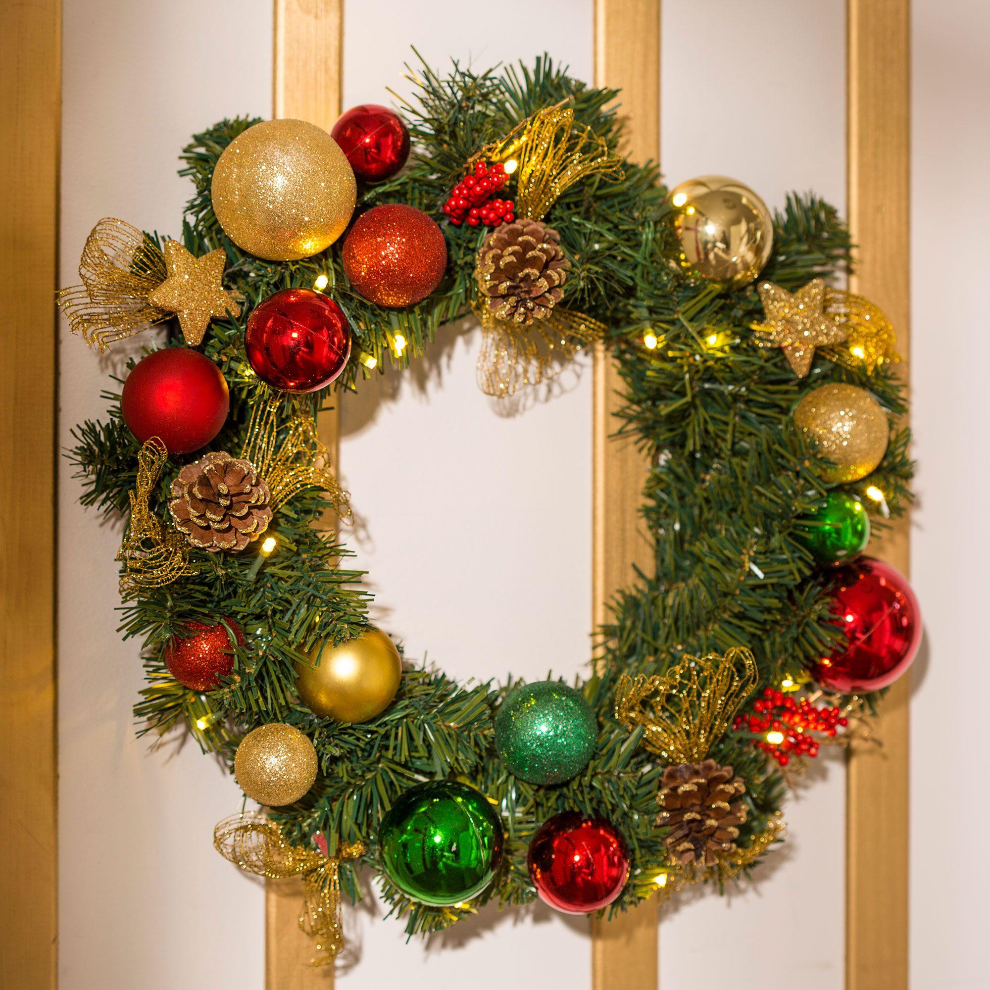 Decoración navideña tradicional en rojo, blanco y verde
