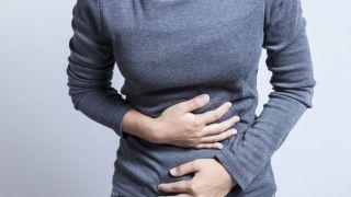 10 plantas para cuidar la digestión - Consejos para una buena digestión - Una mujer tiene molestias estomacales