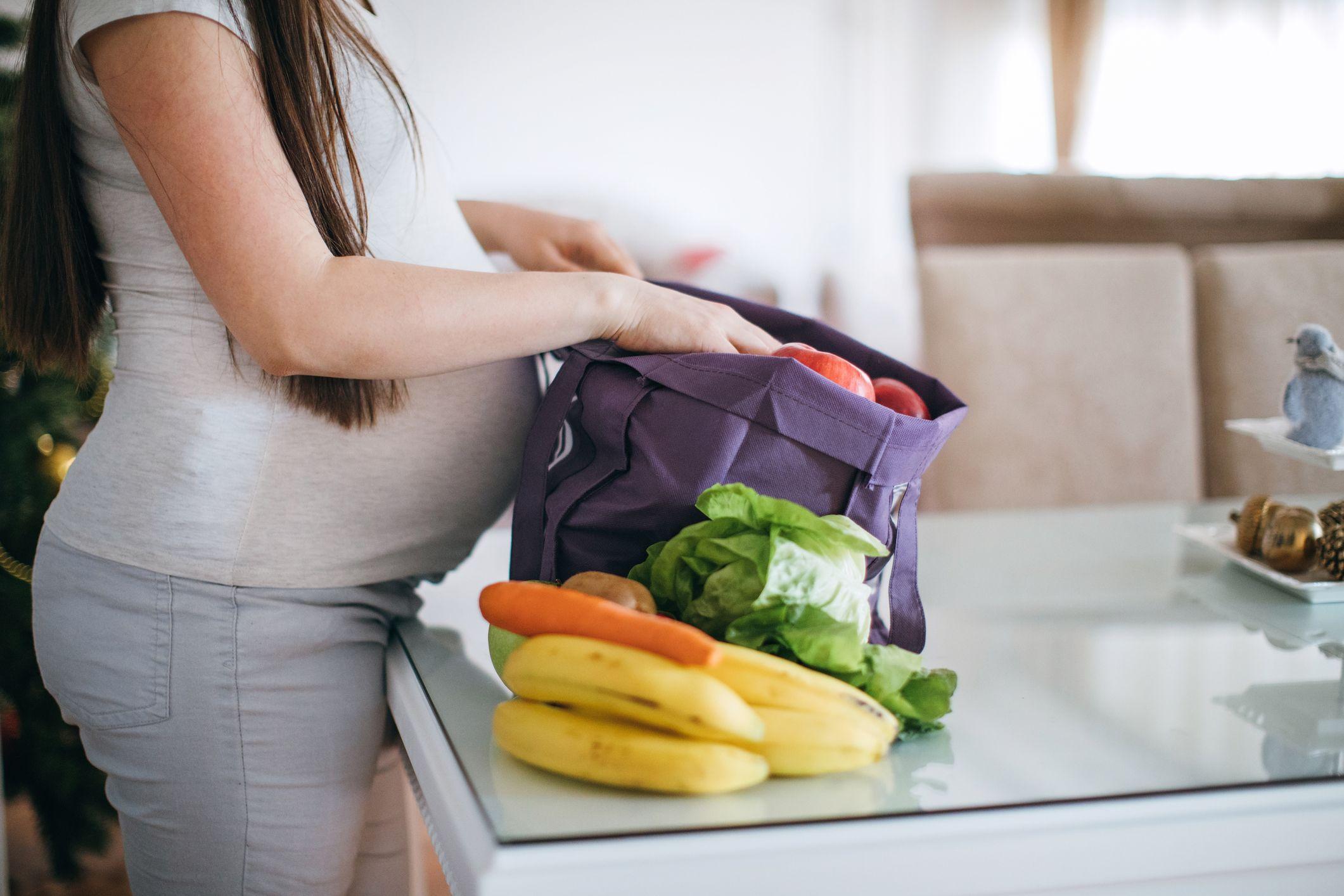 embarazada comiendo fruta y verdura