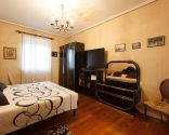 Dormitorio elegante con mini estudio nórdico