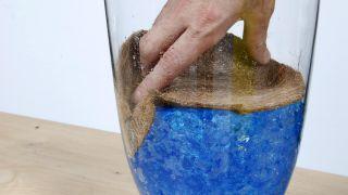 Composición floral con bromelia en recipiente con geles de colores - Paso 4