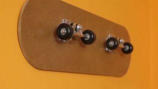 Cómo hacer un perchero de pared con ruedas de patinete
