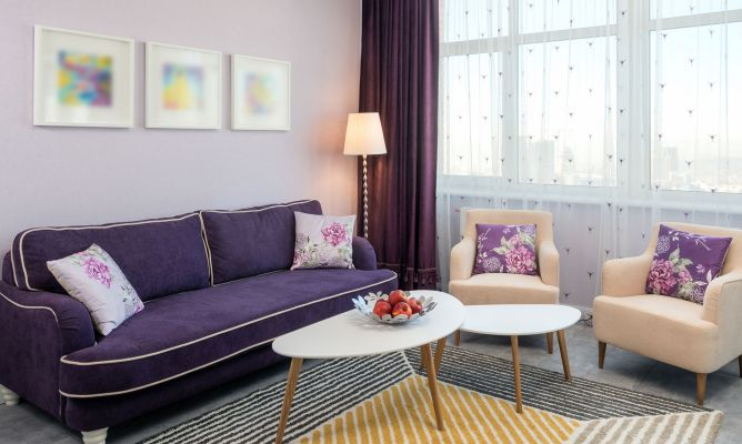 Ideas para combinar un sof morado hogarmania for Decoracion encima sofa