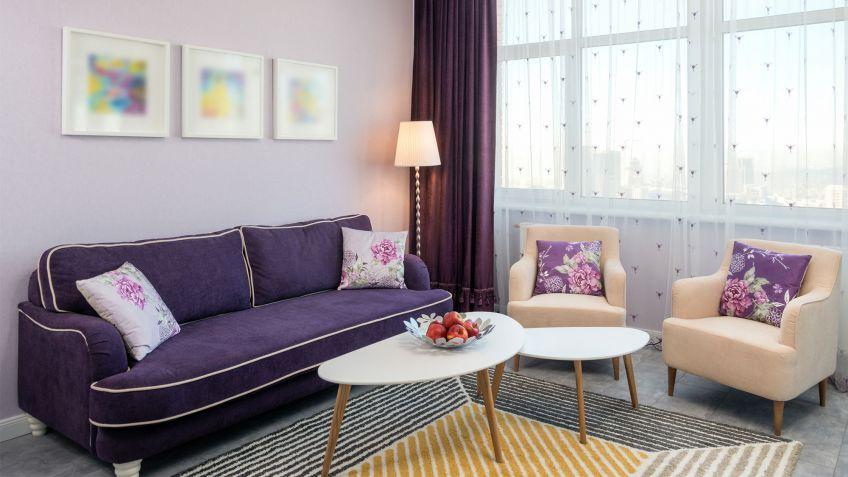 Ideas para combinar un sofá morado - Hogarmania
