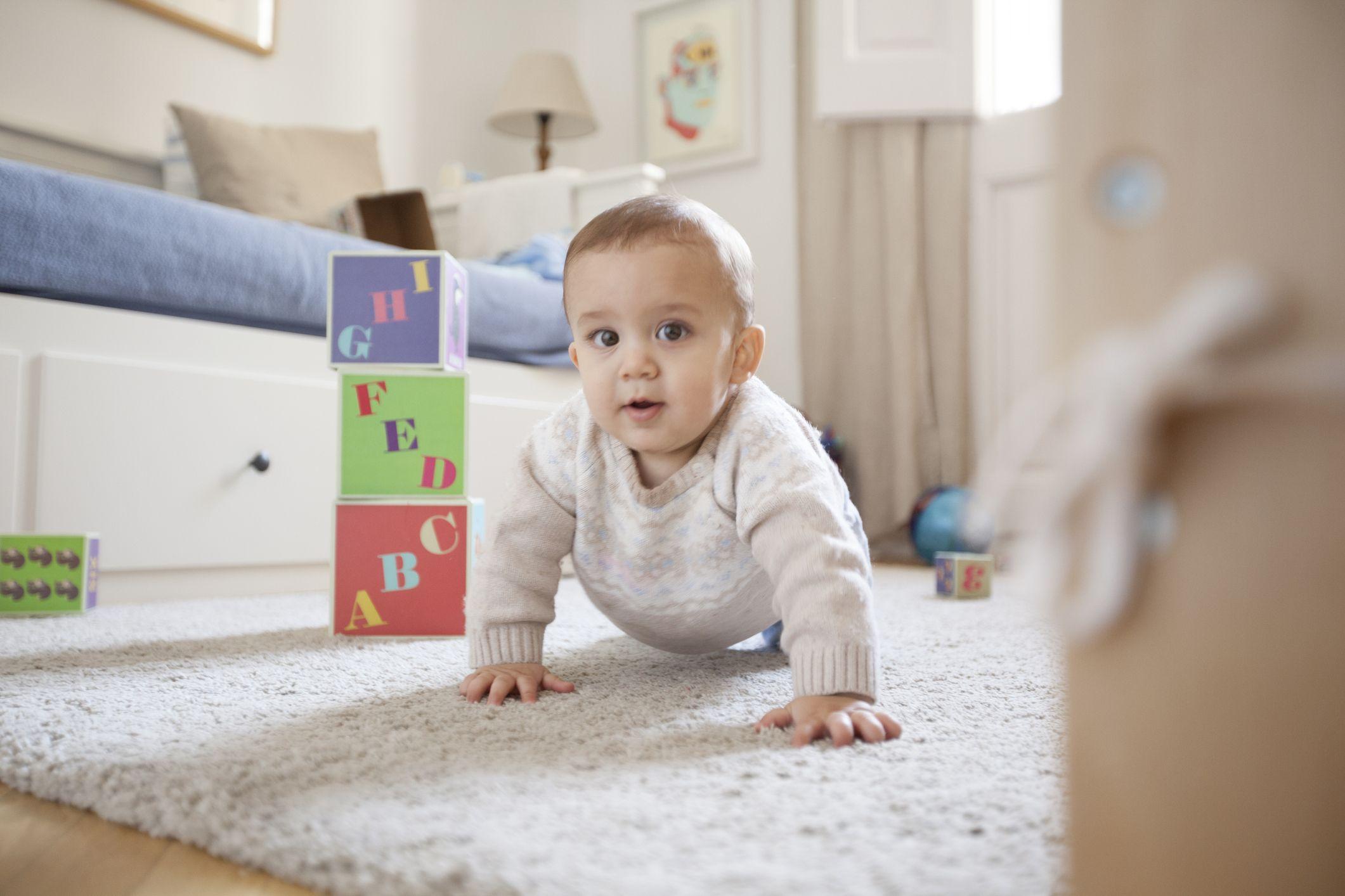 Ropa de bebé mientras gatea