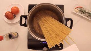 Espaguetis con salsa de tomate y salsa de soja Kikkoman - Paso 1