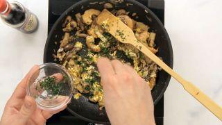 Revuelto de setas y langostinos con salsa de soja Kikkoman - Paso 5