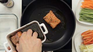 Salmón marinado con salsa de soja teriyaki - Paso 3