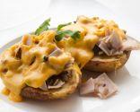 Patatas rellenas de champiñones y pavo con salsa de queso