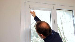 Cómo colocar un estor opaco en la ventana