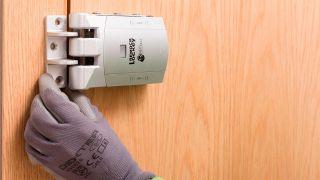 Cómo colocar una cerradura invisible en la puerta