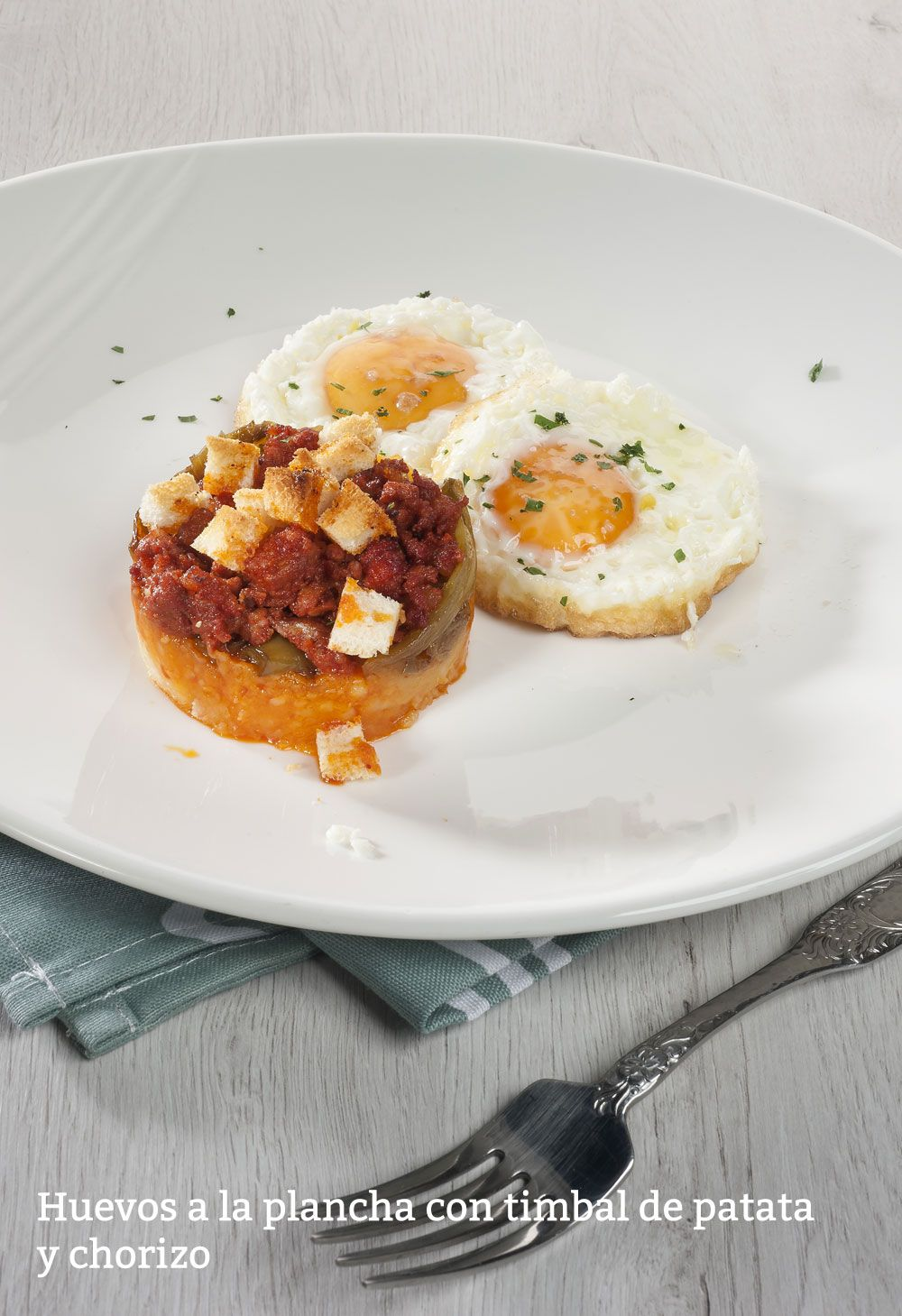 Huevos a la plancha con timbal de chorizo y patata