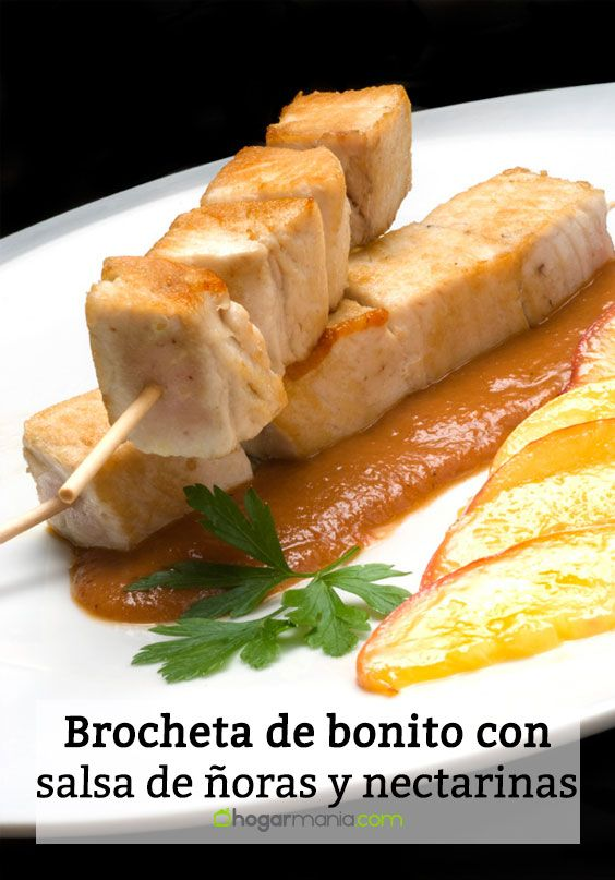 Brocheta de bonito con salsa de ñoras y nectarinas