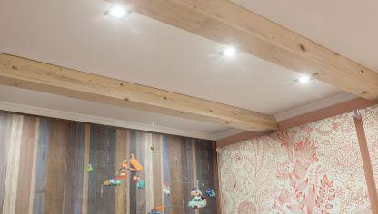 C mo colocar una falsa viga en el techo bricoman a - Vigas falsas de madera ...