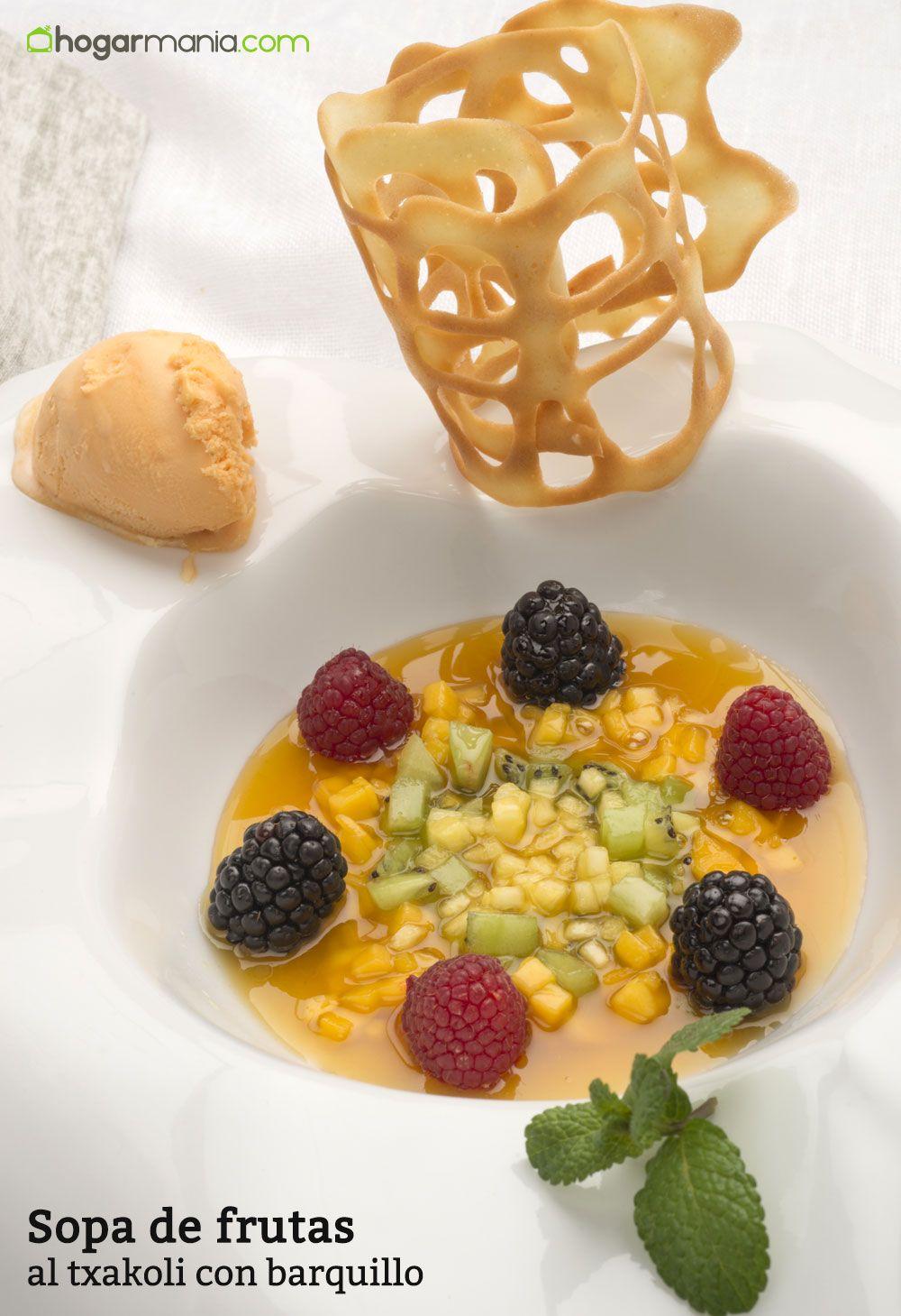 Sopa de frutas al txakoli con barquillo