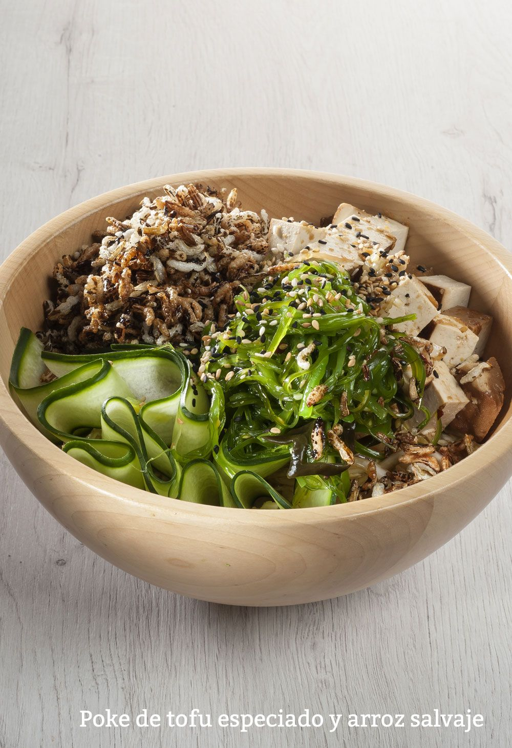 Poke de tofu especiado y arroz salvaje