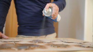Cómo hacer hojas de cartón para decorar la pared