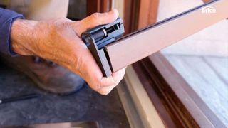 Cómo fijar una mosquitera a la ventana - Paso 4