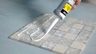 Cómo colocar una encimera de azulejos unidos con una malla - Paso 4