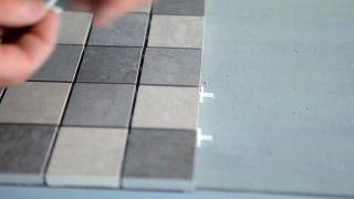 Cómo colocar una encimera de azulejos unidos con una malla - Paso 5
