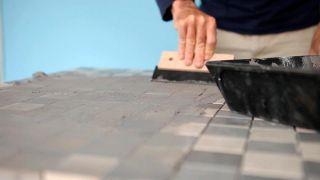 Cómo colocar una encimera de azulejos unidos con una malla - Paso 6