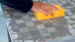 Cómo colocar una encimera de azulejos unidos con una malla - Paso 7