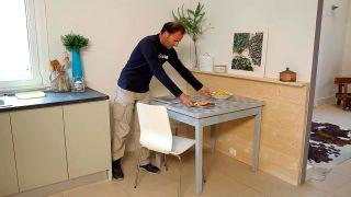 Cómo colocar una encimera de azulejos unidos con una malla - Paso 8
