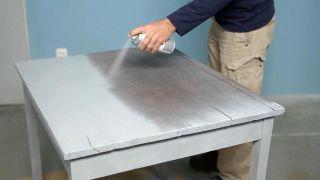 Cómo pintar una mesa con pintura al agua efecto tiza - Paso 2