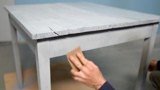 Cómo pintar una mesa con pintura al agua de efecto tiza - Paso 3